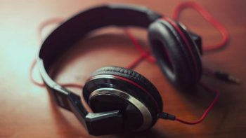 Earphones Vs. Headphones – Which Is The Best And Safest To Buy